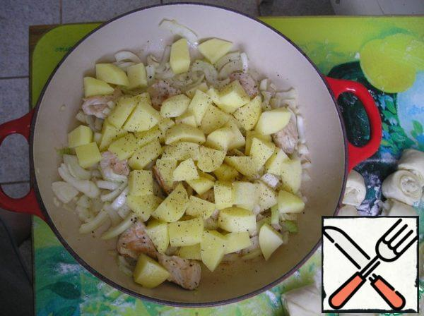 Put the potatoes in the pan, salt, pepper, mix and level the layer.