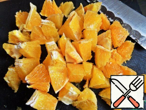 For the filling: peel oranges from the skin, cut into small pieces. If the orange is big, maybe one is enough.
