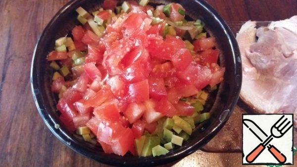 Preparing salsa. Cut all vegetables into small cubes, salt, season with vinegar or lemon juice, And your favorite vegetable oil. The ramson can be replaced with crushed garlic, adding it to taste. Greens can be used any, as long as you like its taste.