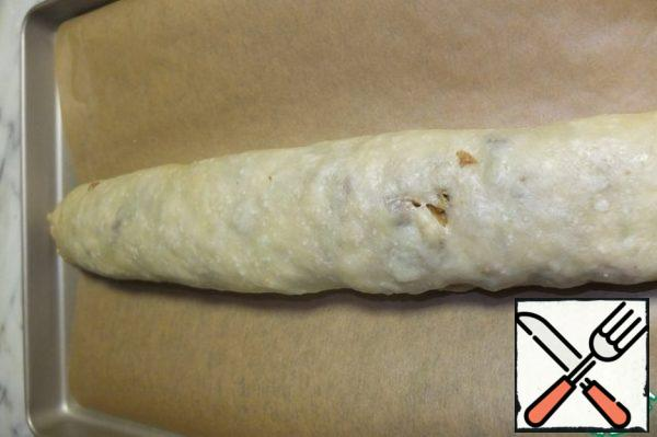 Roll the strudel into a tight roll. If your filling has not cooled down yet (like me), you need to do it quickly, until the thin dough begins to spread. Then put the strudel on a baking sheet, covered with baking paper.