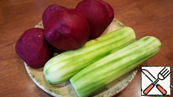 Prepare vegetables and a container for marinating. It is very convenient to use a large package. Wash and clean. Here are the zucchini I had, and I used 2 beets.