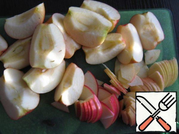 Apples cut into 4 parts, remove the seeds, each slice cut across into thin plates. If fresh cherries - remove the pits, to measure frozen and not defrosted.