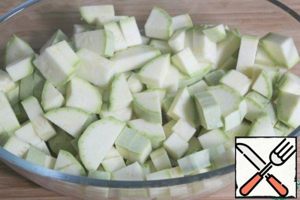 Wash zucchini, wipe dry and cut together with the skin.