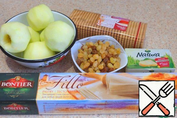 Ingredients for making strudel. Apples peel, remove core. Soak the raisins for a few hours, preferably overnight in cold water.