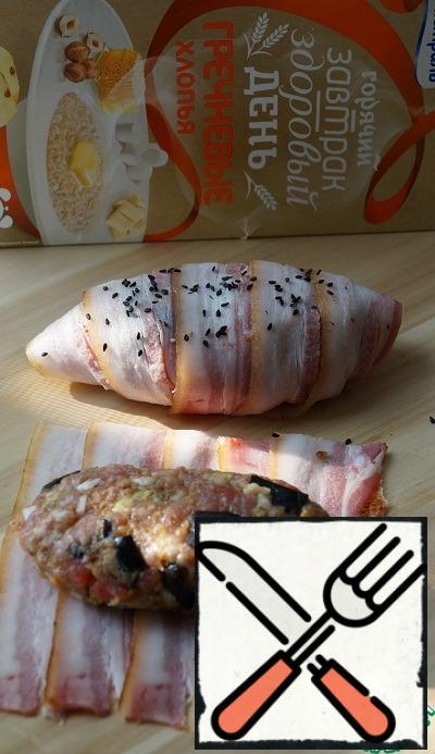 Put the bacon on top of each other, from the minced meat form a cutlet and wrap it in bacon. One croissant I sprinkled with black sesame - just for beauty. (If you don't have bacon, just shape the patties, brush the top with vegetable oil and bake - will also be very tasty).