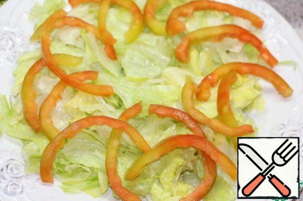 Over the lettuce leaves spread bell pepper, cut into strips. Lightly salt.