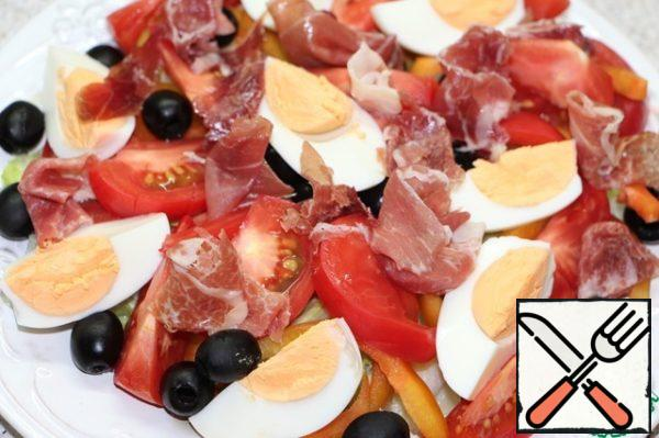 And finally, ham, arbitrarily, in slices or strips. Season the salad with black freshly ground pepper. More salt, for my taste, it is not necessary, ham is quite salty.