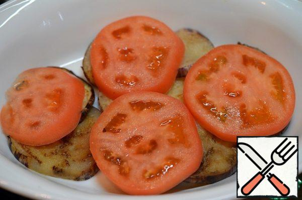 In a heat-resistant form, put a third of the eggplant, then half of the tomatoes, then cheese and sauce.
