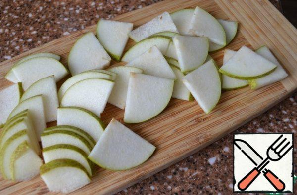 Wash the pear, cut the lower part into quarters and thin strips.
