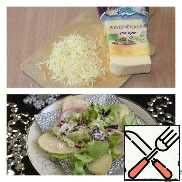 Cheese grate on a fine grater. The lettuce and Basil to add salad dressing and pickled onions, pre-drain him of the excess fluid. Mix the salad. Put in plates. Distribute over salad slices of pear, sprinkle them with cheese and serve.