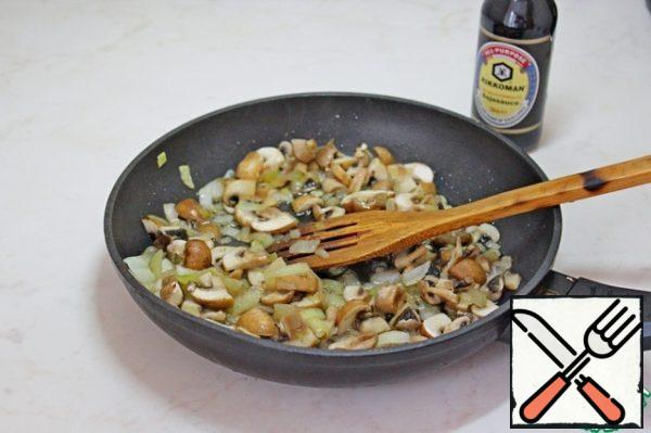 To prepare the filling in oil, fry onions and mushrooms until soft.