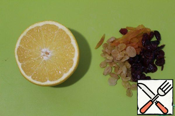 Squeeze orange juice into raisins, cranberries and dried apricots, put on fire, cook for 2 minutes. Remove, add the apples and cool. Strain, pour dried fruit into the chicken. In the remaining juice add the oil, balsamic vinegar, chilli and mix very well.