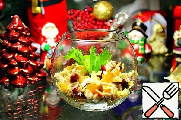 Pour the chicken and dried fruits, salt and adjust to taste. Put in a salad bowl and sprinkle with almonds.