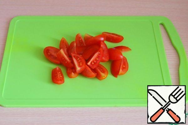 Cut tomatoes into slices.