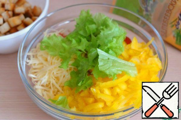 Ingredients to combine in a bowl, add fresh lettuce leaves. Cut the smoked chicken fillet into thin slices, add to a bowl with other ingredients.