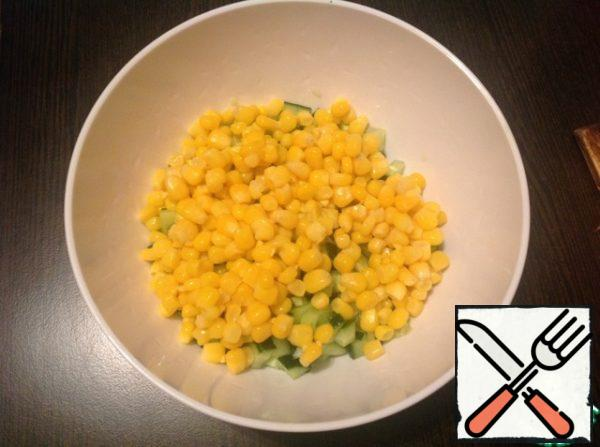 Add 1/2 cans of canned corn, about 220-250 grams. Finely chop the green onions and add to the corn.