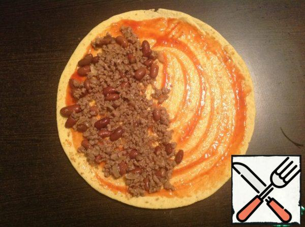 Spread 1/6 of the minced meat evenly on one half of the flat cake.
