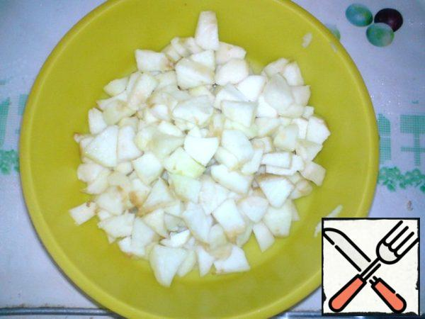 Apples wash, peel from the seeds and peel (who likes the rind, you can leave), cut into cubes.