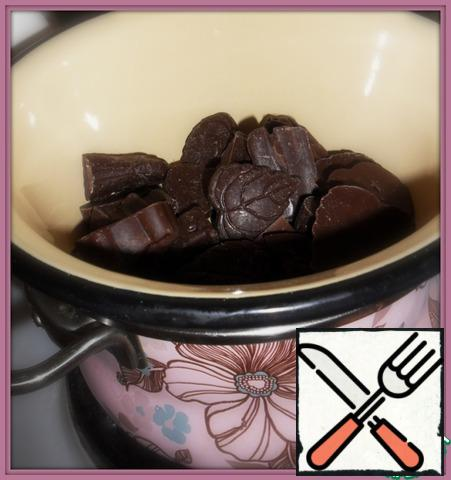 Chocolate melt in a water bath (to do this in a saucepan pour more water, put on top of a smaller saucepan with chocolate, but so that the bottom of a small saucepan does not touch the water).