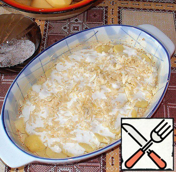Mix in a bowl of sour cream and 1 Cup of milk. Pour the potatoes with two tablespoons of this mixture and sprinkle with one tablespoon of grated cheese.
