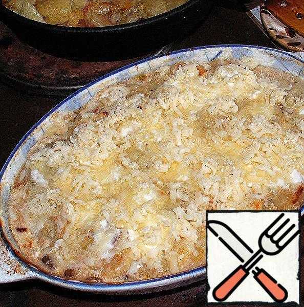 Then remove the form from the oven and sprinkle with browned potatoes on top of the remnants of grated cheese (they should be decent).