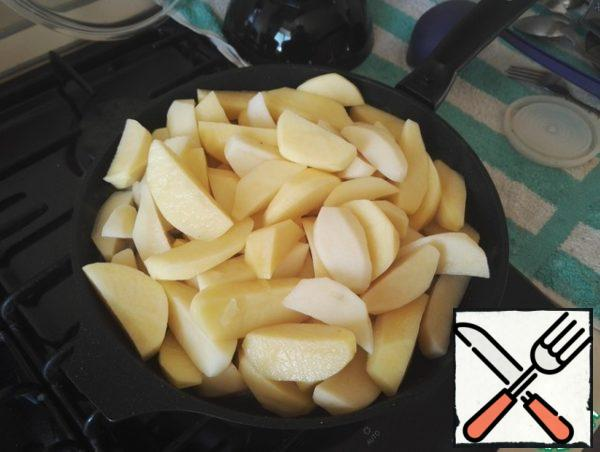 Potatoes clean and cut into 4 parts.