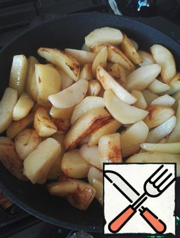 While stewed meat with cucumbers, onions and tomato paste, in a separate pan pour the rest of the oil and fry potatoes on a very high heat until Golden crusts, almost to the finished state.