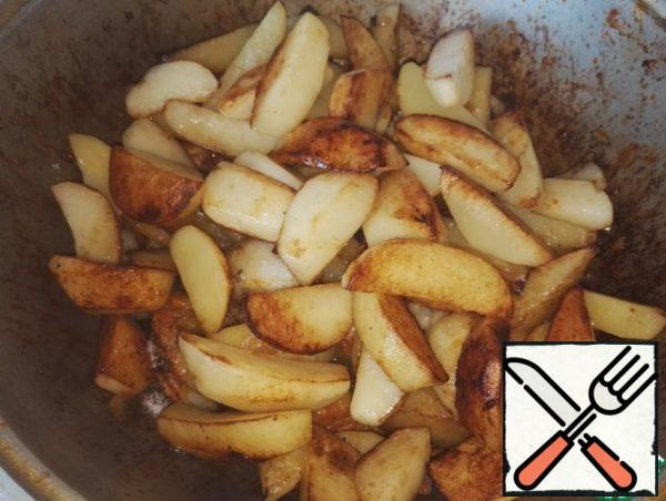 When the potatoes are ready, send it to the meat. And only now salt the meat, salt, stir, add fried potatoes. Again, mix everything. Cover and leave to simmer for 10 minutes on the slowest fire.