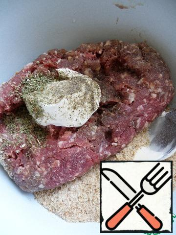 Mix the minced meat with ground wheat breadcrumbs, two tablespoons of sour cream, salt and spices. Knead well and beat.