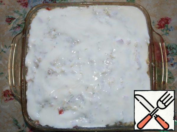 Form grease with vegetable oil, put our casserole. From above to grease with sour cream.