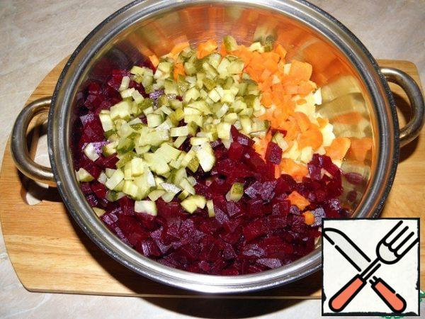 Prepare standard vinaigrette: boil potatoes, carrots, beets. Diced boiled vegetables and pickled cucumbers.