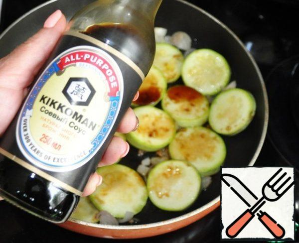Pour the zucchini with onion and soy sauce.
