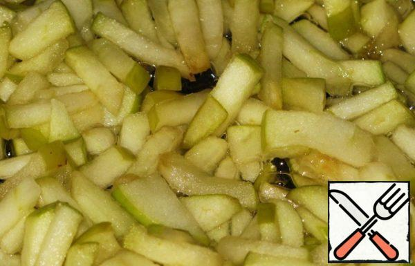 Apples peeled from the seeds and cut into arbitrarily. Fry with 2 tablespoons of sugar until juice and Golden brown.
