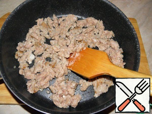 Fry the minced meat in a pan in 1 tablespoon of vegetable oil. RUB the meat, breaking large lumps. Fry for about 5 minutes.