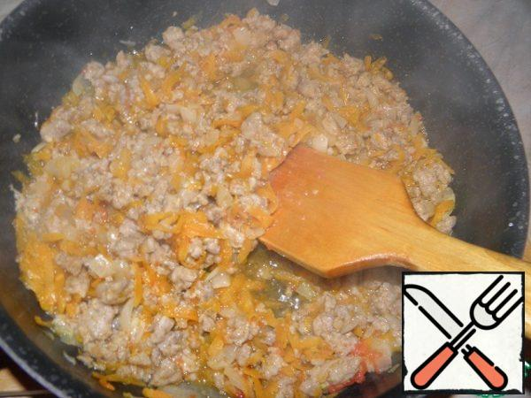 10 minutes after the introduction of tomato add a pinch of salt and sugar, stir and continue to simmer the vegetables with minced meat for another 10-15 minutes with the lid closed. In the process add another 100 ml of water and give the products to stew a little further. Try the sauce to taste, if necessary, add salt, sugar, pepper.