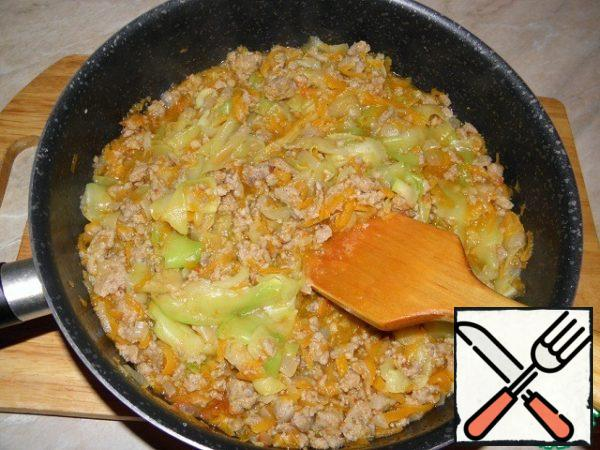 Cover the pan and remove the pan from the heat — stewed zucchini with carrots and onions should infuse for 15 minutes in meat sauce and absorb all tastes.