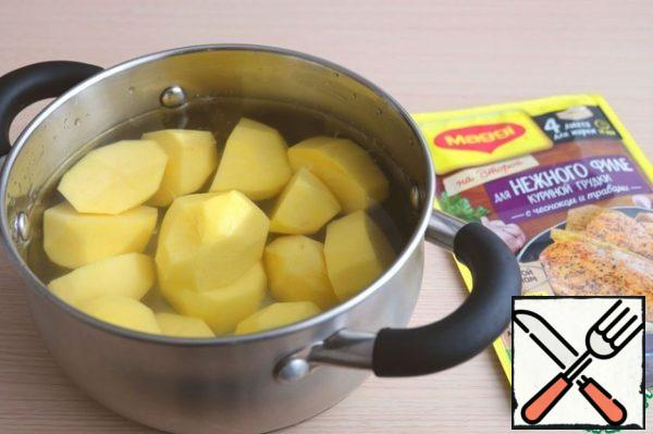 Pour cold water over the potatoes. Boil the potatoes until tender in salted water. Then drain all water.