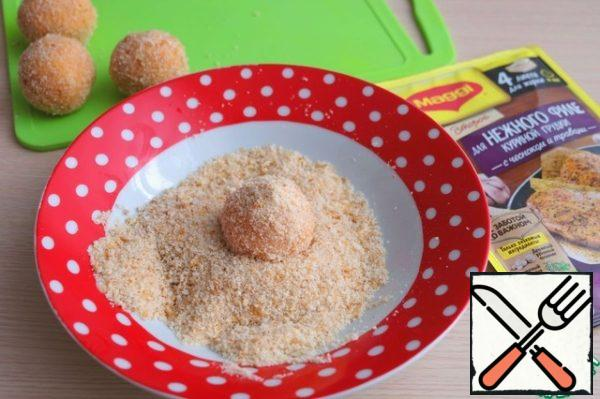 Roll the potato ball in breadcrumbs.