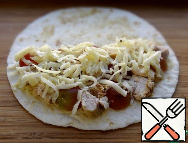 Apply a thin layer of mustard to the tortilla with a culinary brush. On one half of the tortillas spread a third of the fillet, grapes and cheese.