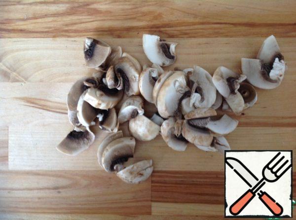 Mushrooms peel, wash and dry. Legs mushrooms finely chopped, caps cut into large slices.