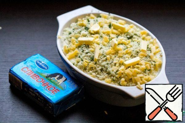 Sprinkle the gratin with fragrant breadcrumbs and finely chopped slice of cheese. 10 g of butter to slice and put on top of gratin.