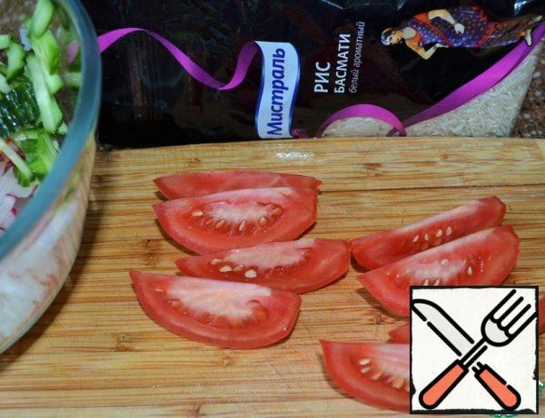 Tomato cut into thin slices. Onions cut into thin half-rings. If you use a regular bulb, pre-soak it in cold water, it will reduce bitterness.
