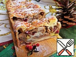 The strudel was a very delicious caramel crust. Traditionally, you can sprinkle powder. Cut the strudel into portions. Serve pastries with tea or coffee.