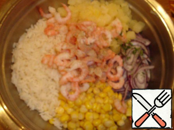 Cut: pineapple into cube onion into half-rings all ingredients place in a large bowl: onion+pineapple+shrimp+corn.