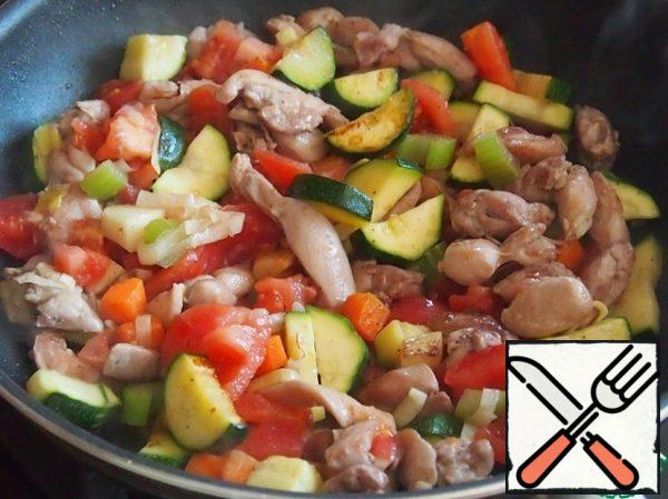 Cut the tomatoes into pieces and add to the pan to the meat and fried vegetables. Stir, salt and pepper. Optionally add your favorite spices. Who likes more spicy - add a little chilli.
