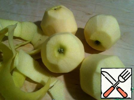 The dough in advance to remove from the freezer. Wash the apples and peel them.