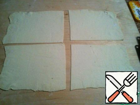 Roll out the dough sheet 2-3 mm thick. Divide into 4 parts.