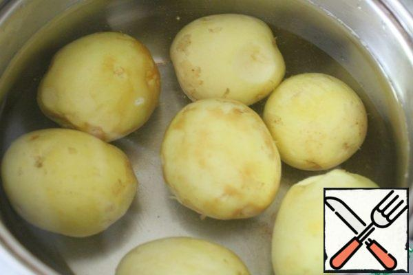 Remove the skin from the potatoes (scrape), put to boil.