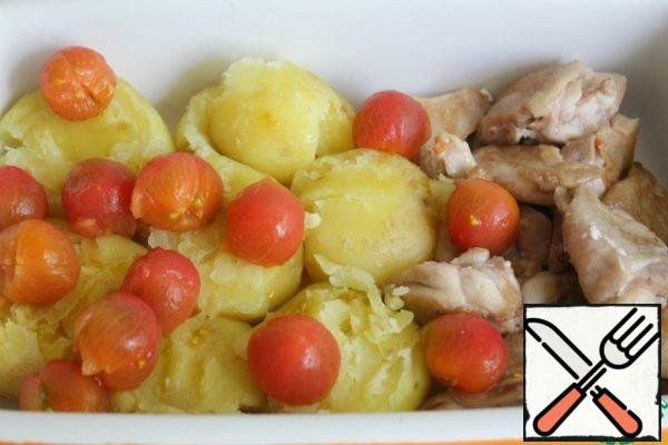 With tomatoes remove the skin, spread the potatoes and tomatoes to your hips.
