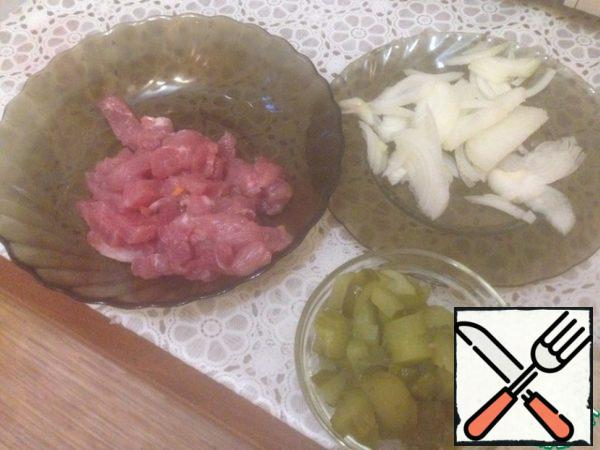 Cut carrots, onions, beef, cucumbers, gherkins into strips.
